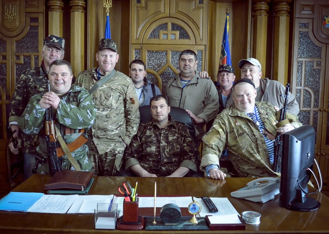 Первый так называемый «глава» группировки «ЛНР» Валерий Болотов (в центре) с соратниками. Третий слева – ныне уже покойный Геннадий Цыпкалов