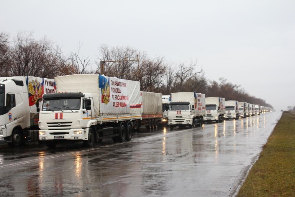 На переднем плане КАМАЗ, ближе к обочине – тягач Volvo. Фото с сайта ЛуганскИнформЦентр