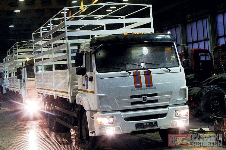 «Гуманитарные» грузовики КАМАЗ-65117 в цеху компании РИАТ. Фото Авторевю