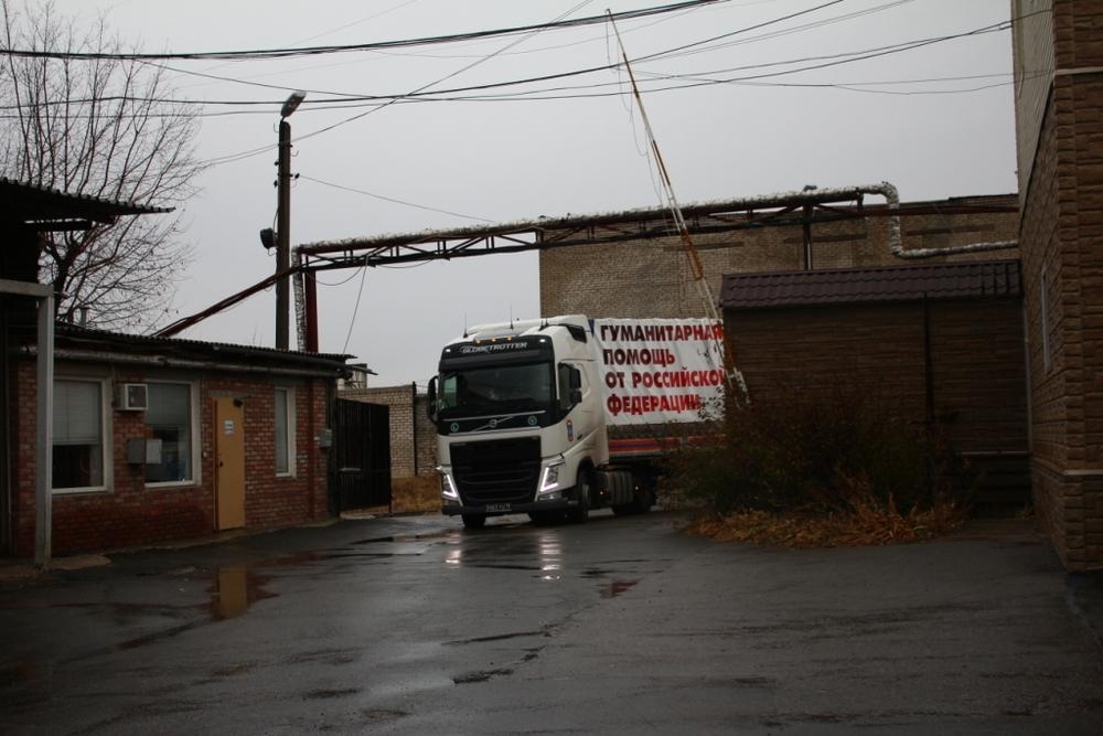 Седельный тягач «Volvo FH» въезжает на разгрузку в Луганске. Фото ЛуганскИнформЦентр