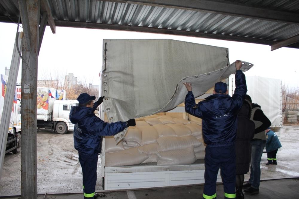 Тентованные грузовики КАМАЗ загружены не выше борта