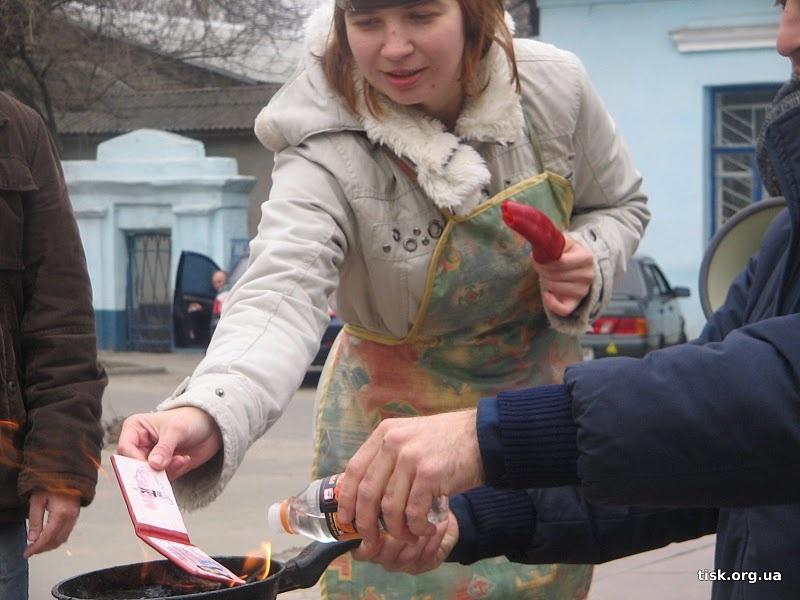 Елена Заславская сжигает членский билет МСПУ. 2010 г.