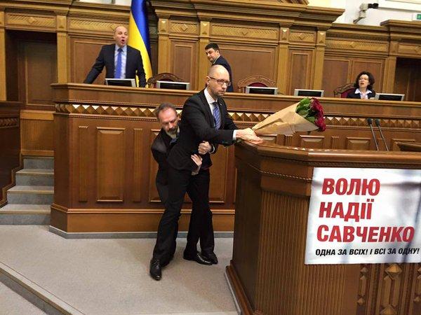 В Верховной Раде произошла драка во время отчета Яценюка (видео)