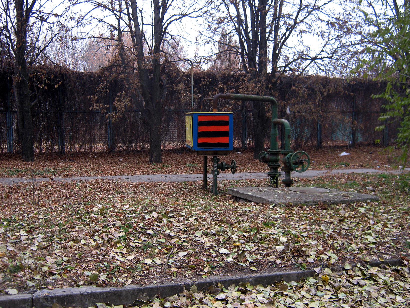 4 ноября. После неудачной попытки со звездой замалевали цветами «георгиевской» ленты