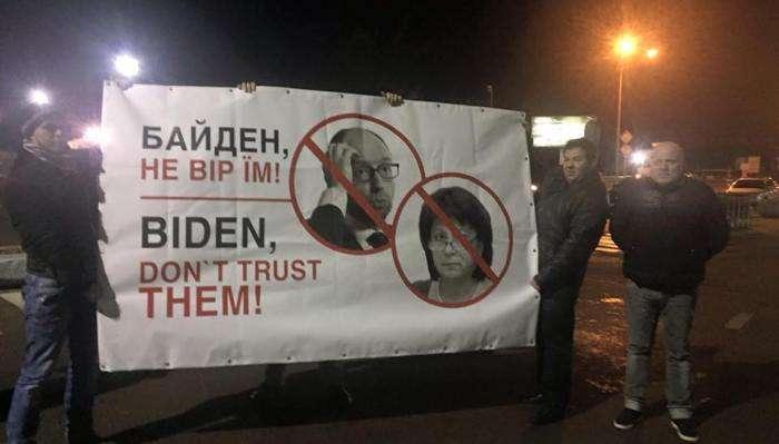 В Киеве вице-президента США встретили с плакатами (фото)