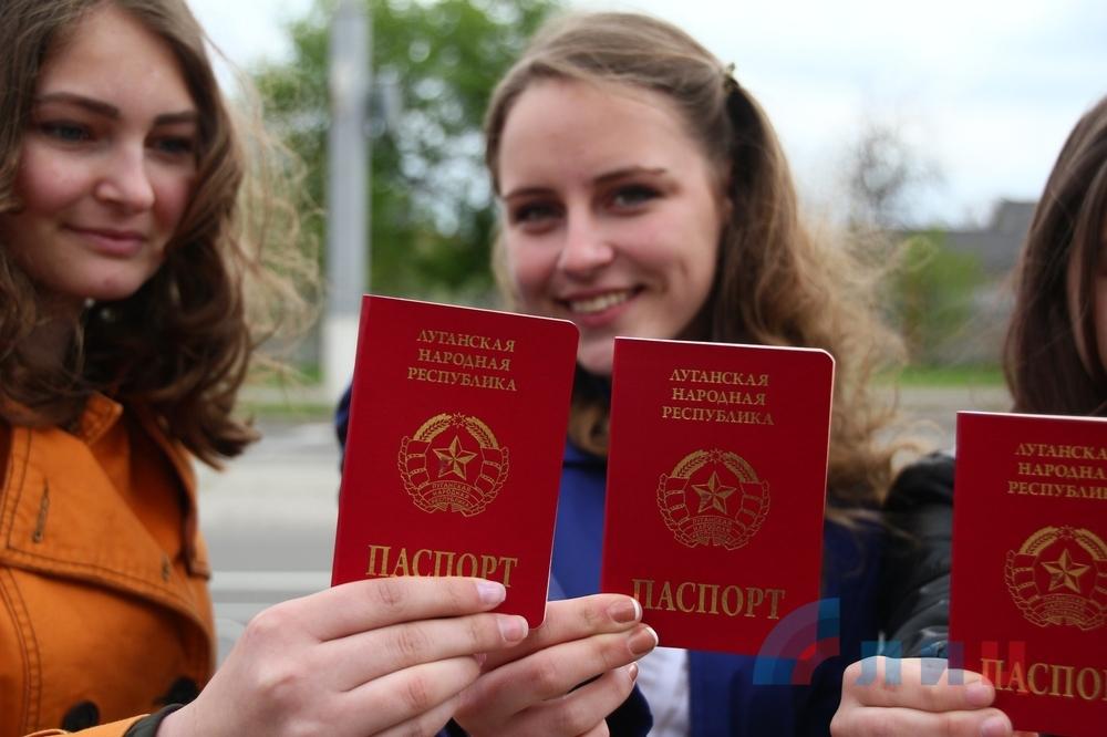 Счастливые обладатели паспорта ЛНР выехать с ним смогут не дальше Донецка. Фото ЛуганскИнформЦентр
