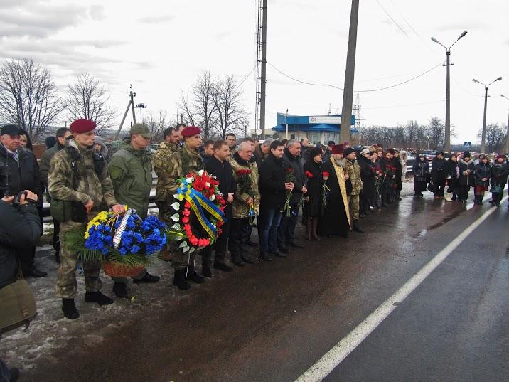 Жители Волновахи почтили память погибших при обстреле автобуса (фото)