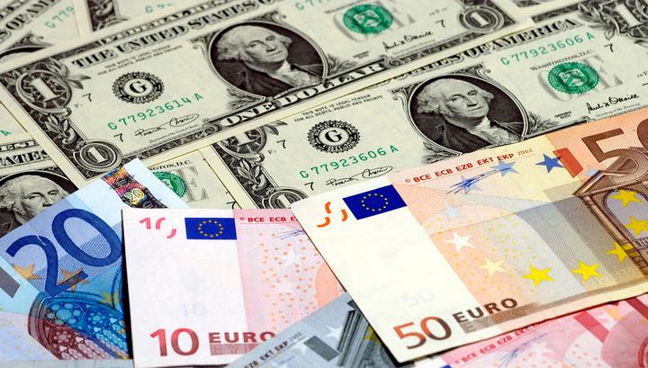 В России доллар и евро взлетели на 4% за полчаса