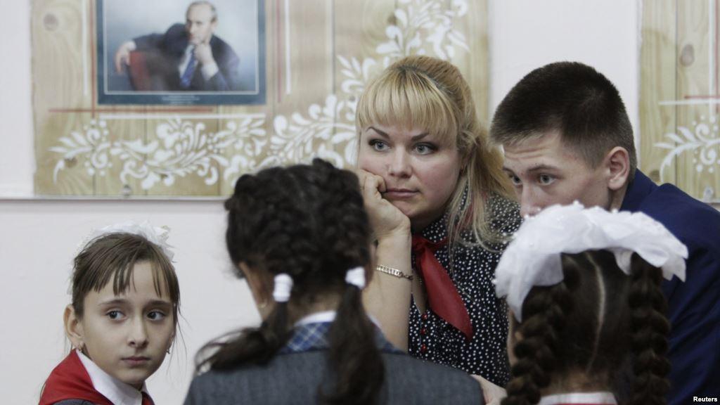 В России детей доводят до истерики рассказывая пропаганду о распятом мальчике в Славянске (видео)