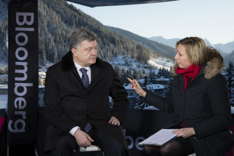Порошенко считает, что падение рубля в РФ — это расплата агрессора за его действия