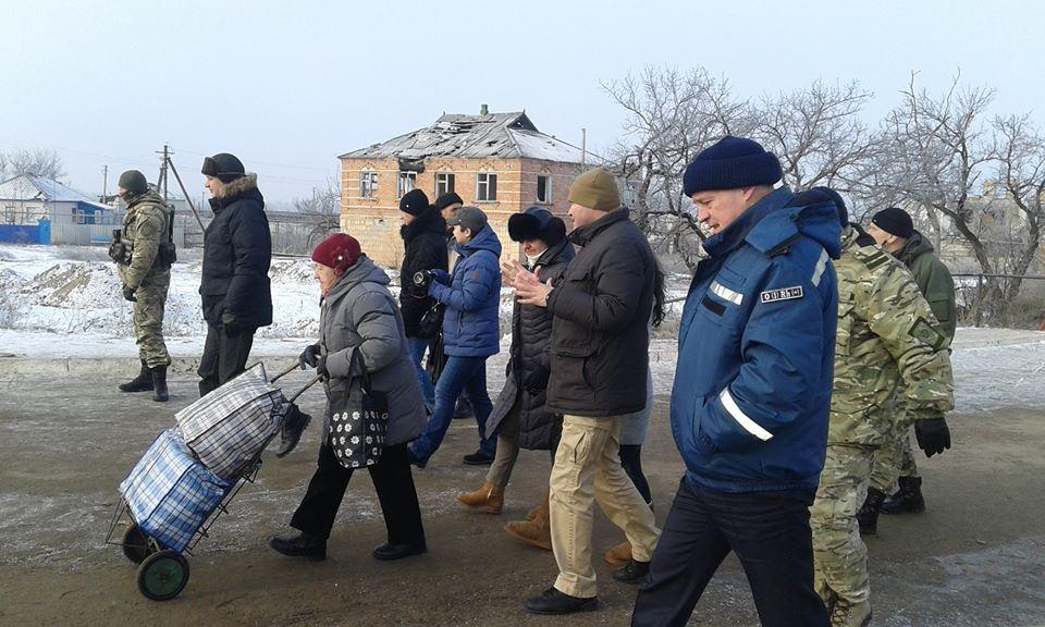 На пункте пропуска в Станице Луганской установили дополнительный пункт обогрева
