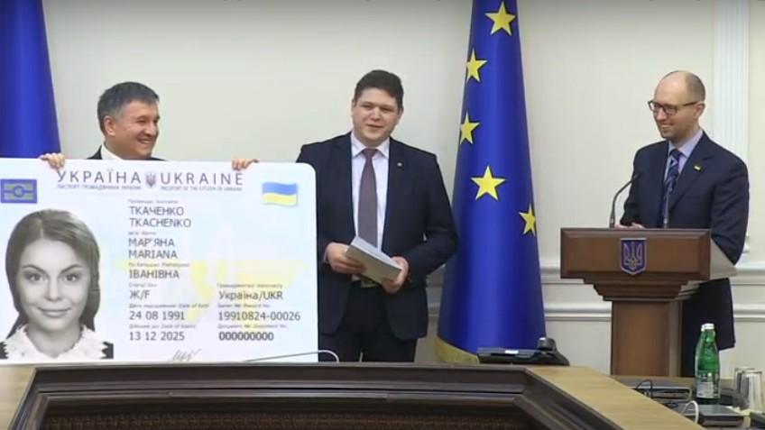 Украинцы получили первые ID-карты — Яценюк