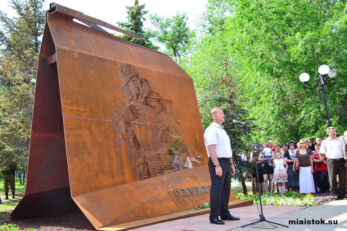 «Мэр» Луганска Манолис Пилавов на открытии памятника жертвам авиаудара по ОГА. Фото МИА Исток