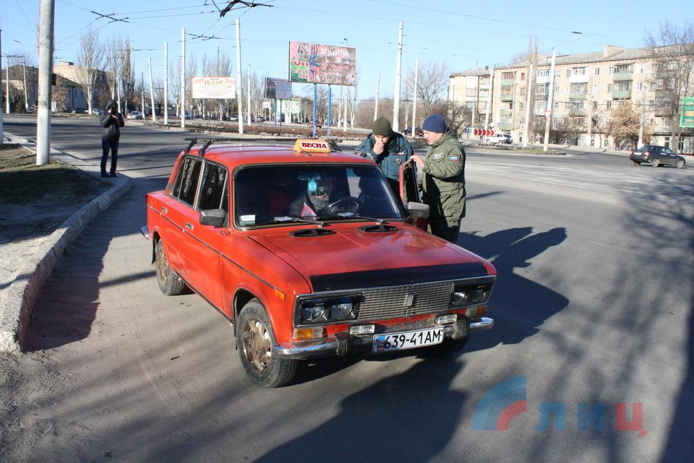У таксистов в Луганске решили проверить лицензии (фото)