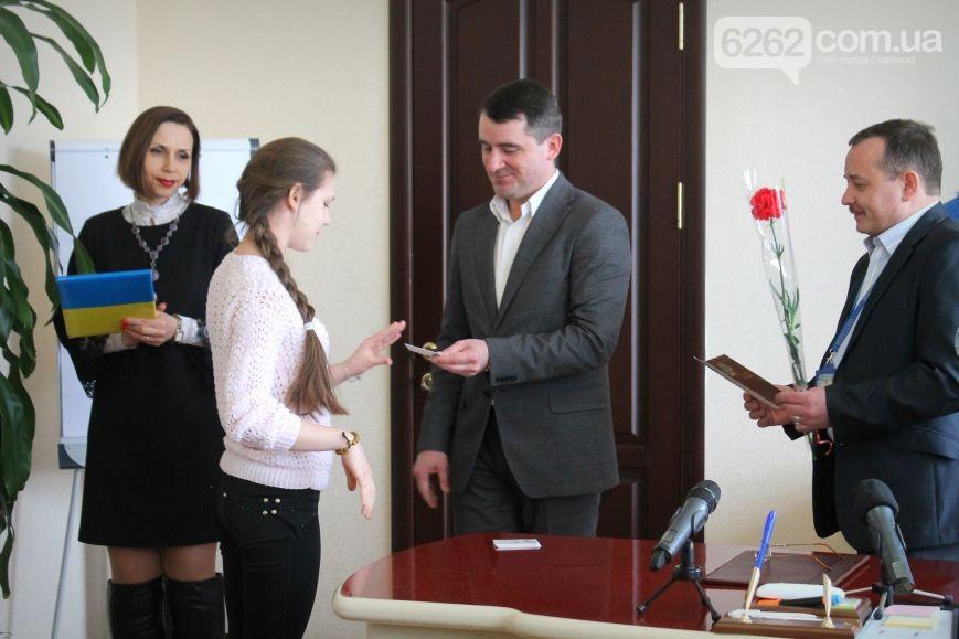 В Славянске начали выдавать биометрические паспорта (фото)