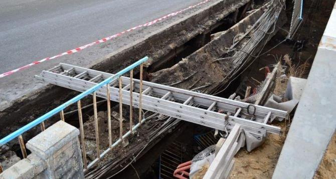 В Луганске изменено движение транспорта из-за обрушения моста