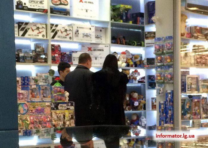 Главарь «ЛНР» с супругой устроили шопинг в торговом центре Воронежа (фото)