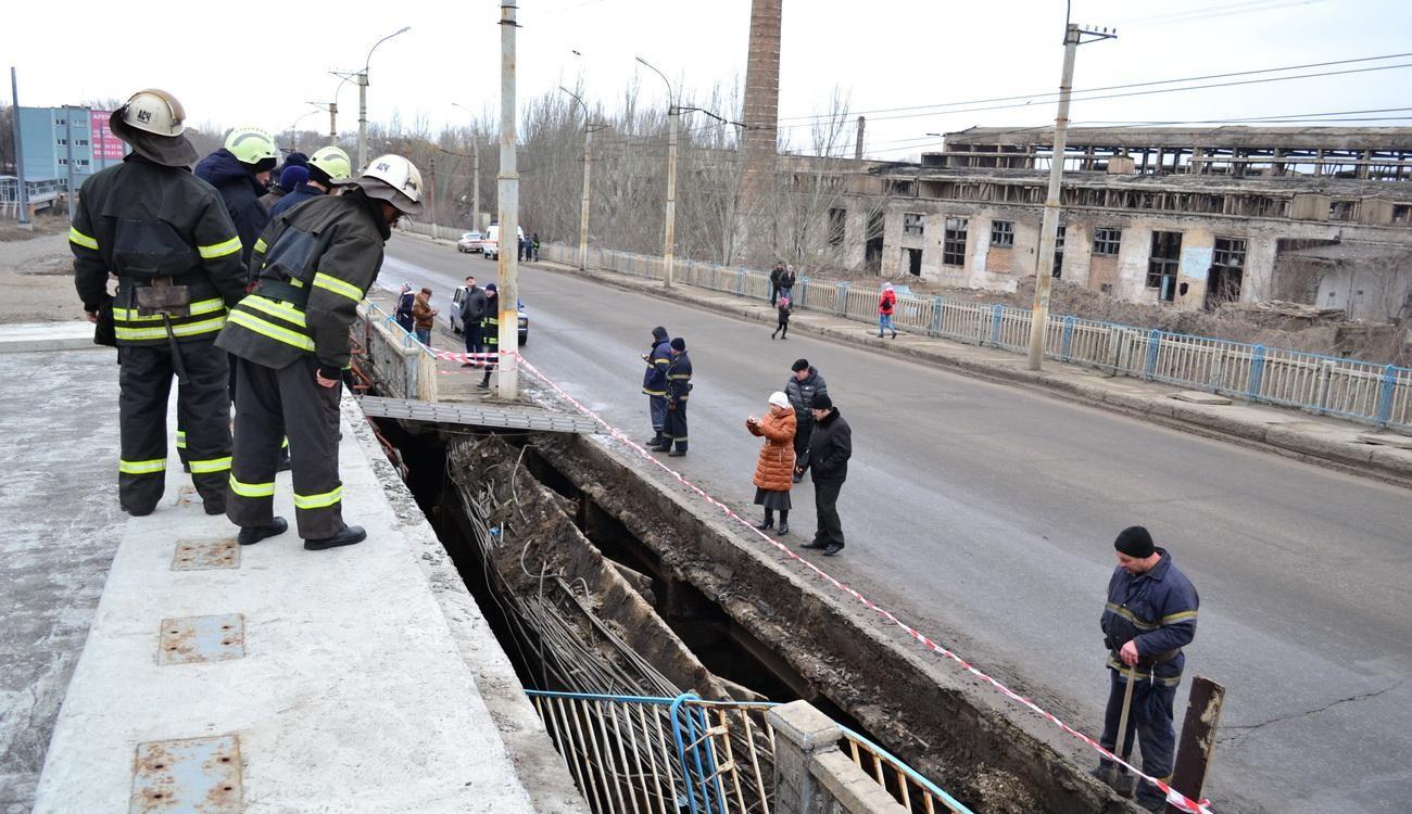 Два танка стали причиной обвала путепровода в Луганске — источник «РГ»