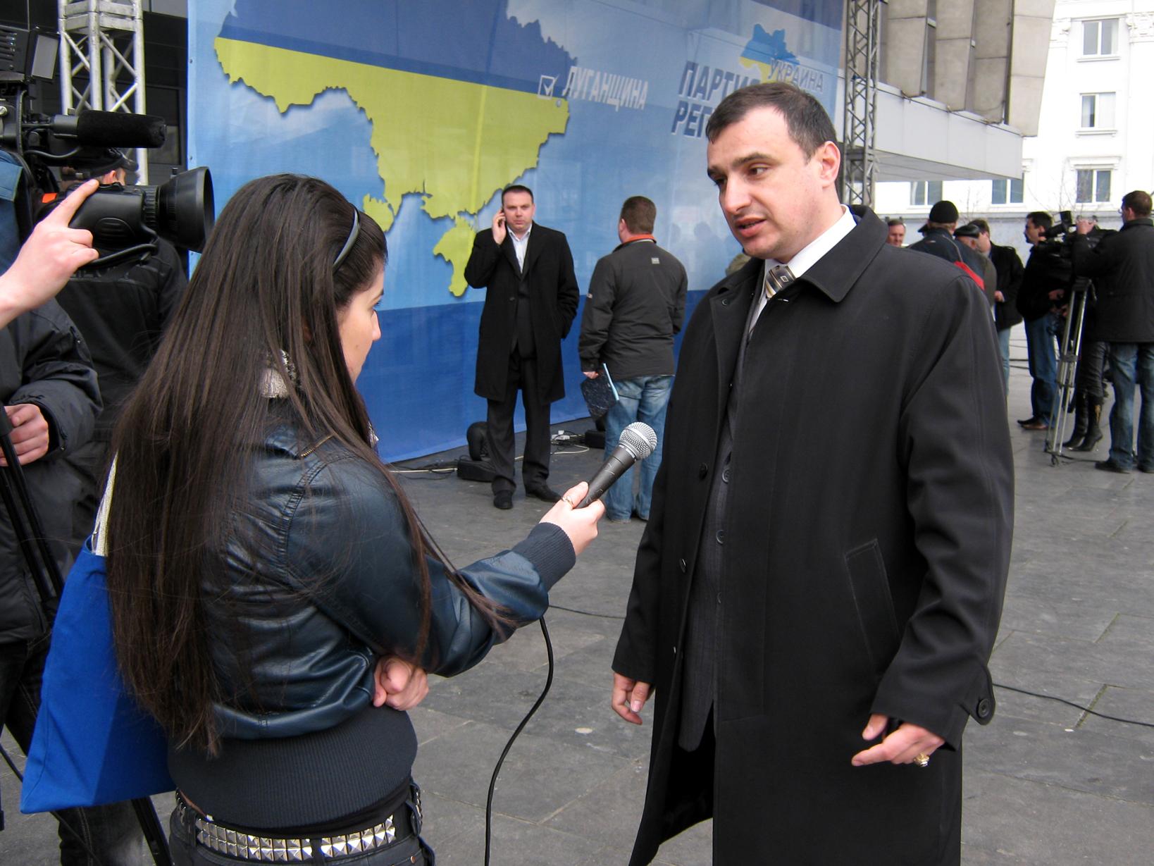 Клинчаев дает комментарий после митинга ПР против правительства Юлии Тимошенко. Луганск, март 2009