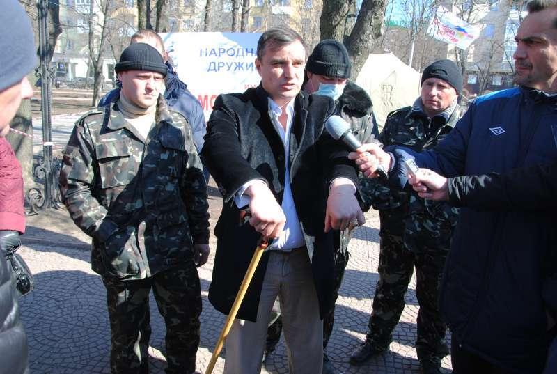 Клинчаев и палатка «Молодой гвардии» у Луганской ОГА во время «Русской весны»