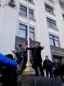 Клинчаев поднимает флаг РФ у Луганской ОГА