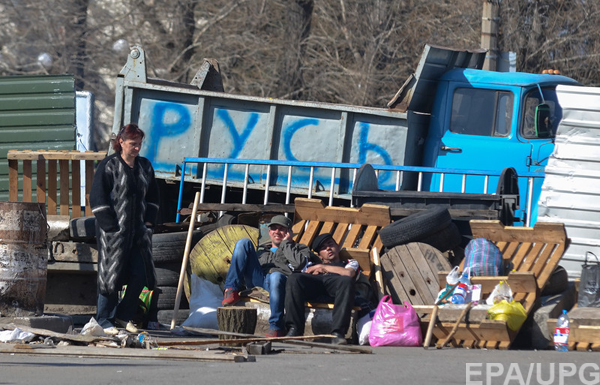 Pro-Russian protesters occupy the Security Service building in Lugansk
