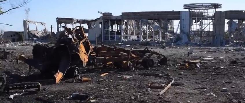 На месте Луганского аэропорта — руины и неразорвавшиеся мины (видео)