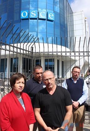 В Луганске группа студентов пикетировала офис ОБСЕ (фото)