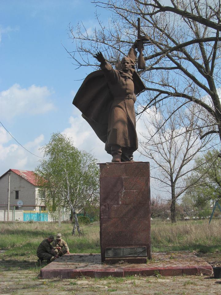 В Станице Луганской военные благоустроят 12 памятников воинам-освободителям