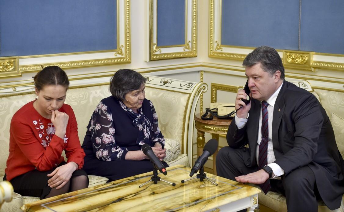 Порошенко по телефону попросил Савченко прекратить голодовку (фото)