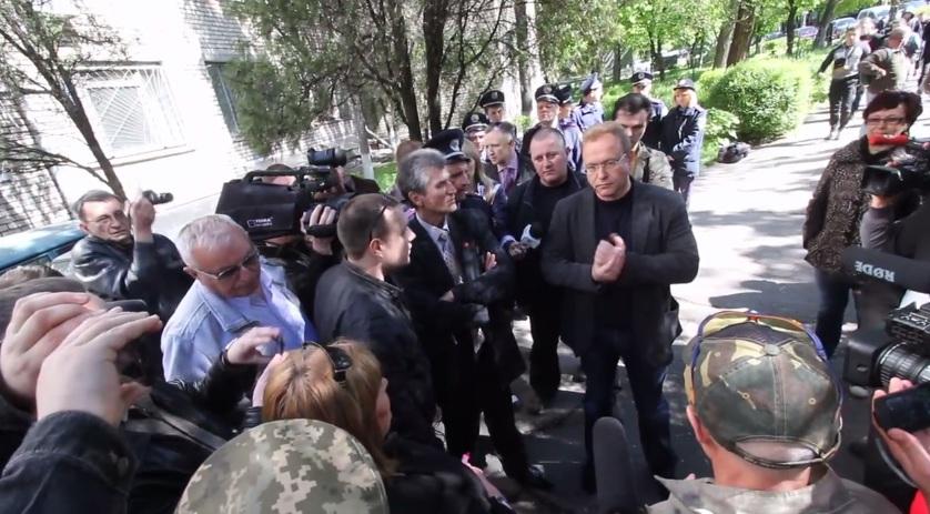 В Запорожье избили главу партии «Союз левых сил» Василия Волгу (видео)