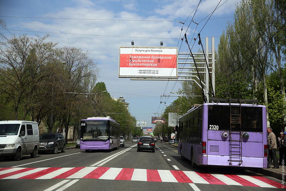 Машины, троллейбусы, свежая разметка. Фото Артемия Лебедева