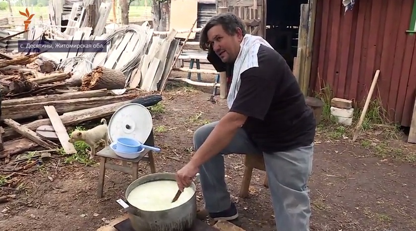 Одной левой. Бывший пленник боевиков «ЛНР» варит козий сыр в Житомирщине (видео)