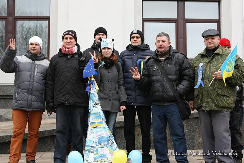 Луганский Евромайдан пришел с «евроелкой» к областной госадминистрации. 29 декабря 2013 года. Алексей Бритюк второй справа. Фото Александра Волчанского