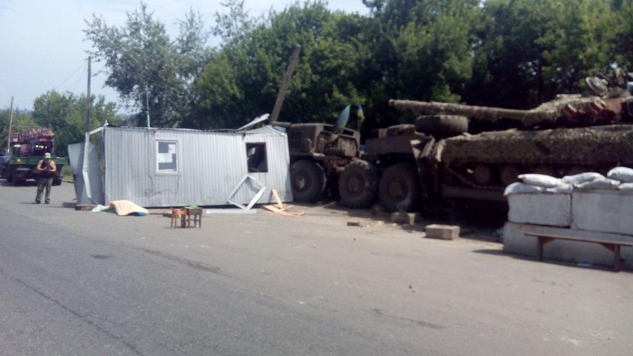 Военный тягач протаранил блокпост в Луганской области (фото)