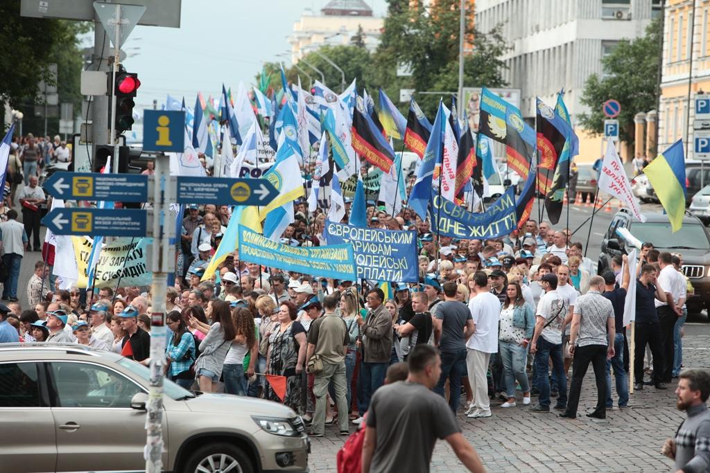 В Киеве профсоюзы пикетировали Кабмин и Раду против роста тарифов на ЖКХ (фото)
