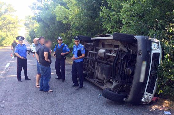 В Донецкой области перевернулся микроавтобус с пассажирами (фото)