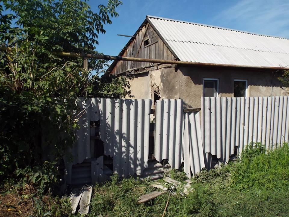 Последствия ночного обстрела Станицы Луганской (фото)