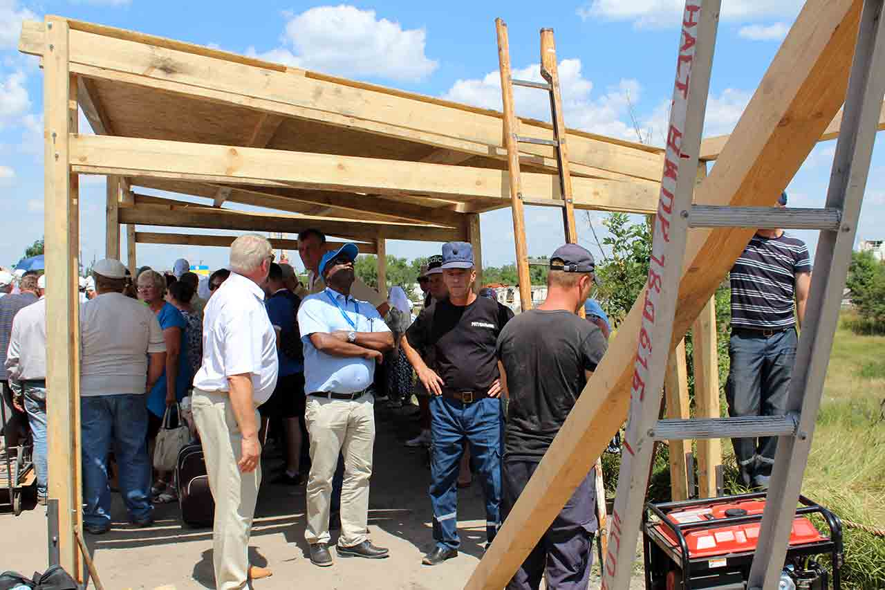 В Станице Луганской спасатели строят палатки для луганчан пересекающих линию разграничения (фото)