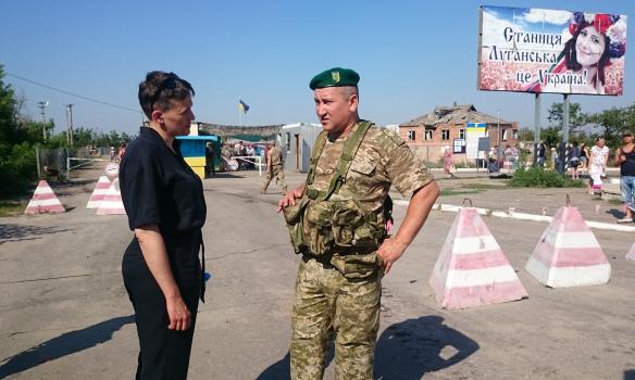 Надежда Савченко с сестрой посетили пограничников в Луганской области (фото)