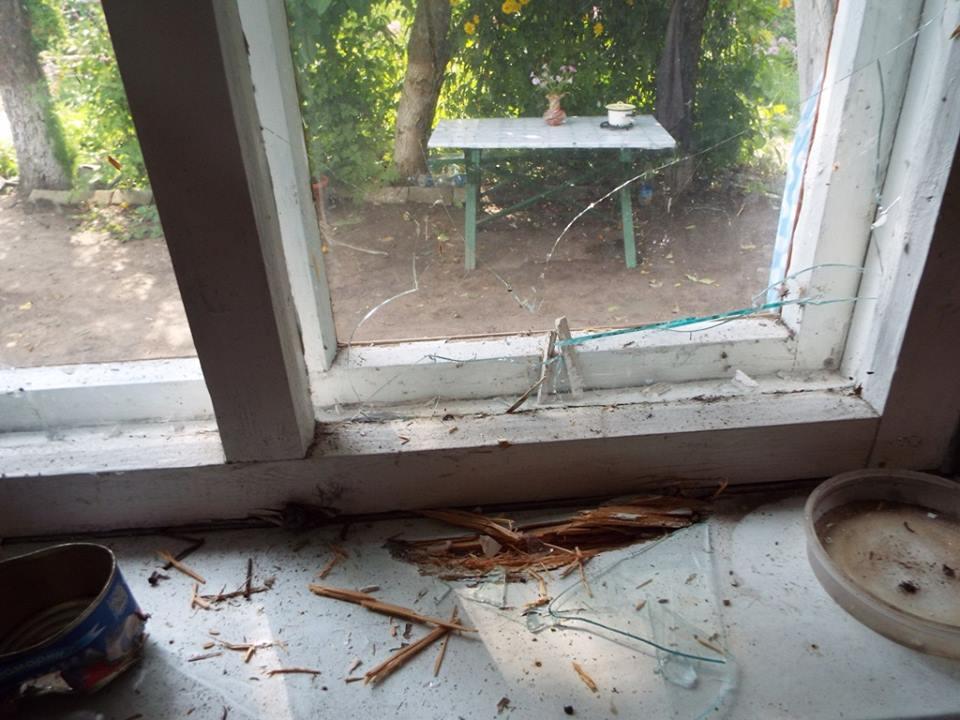 В Станице Луганской показали последствия ночного обстрела (фото)