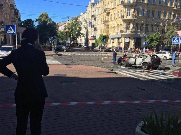В центре Киеве подорвали машину с известным журналистом (фото видео)