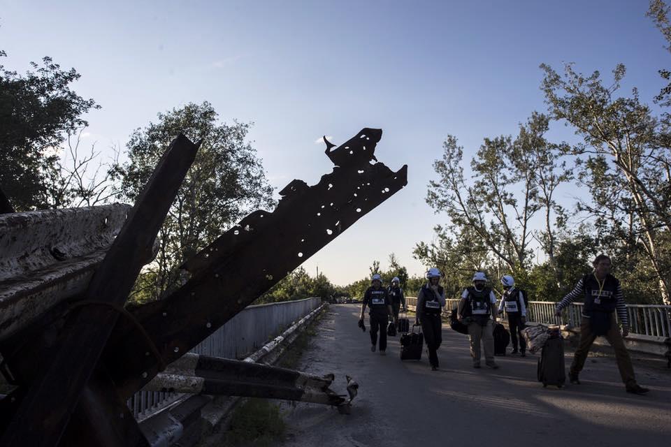 Наблюдателям ОБСЕ боевики запретили фотографировать на мосту в Станице Луганской