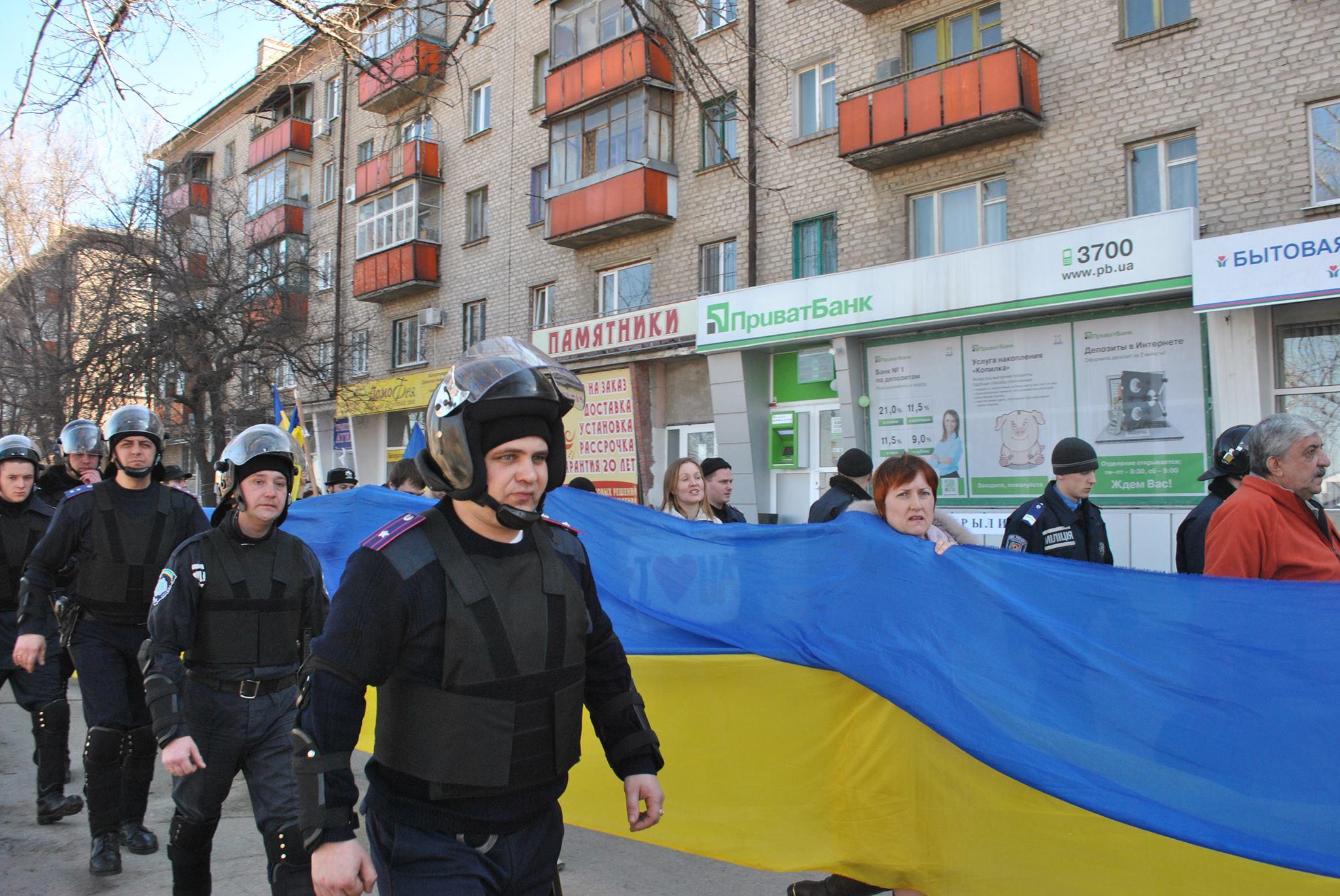 Один из весенних маршей луганского Евромайдана. Фото с сайта Луганск и луганчане.jpg