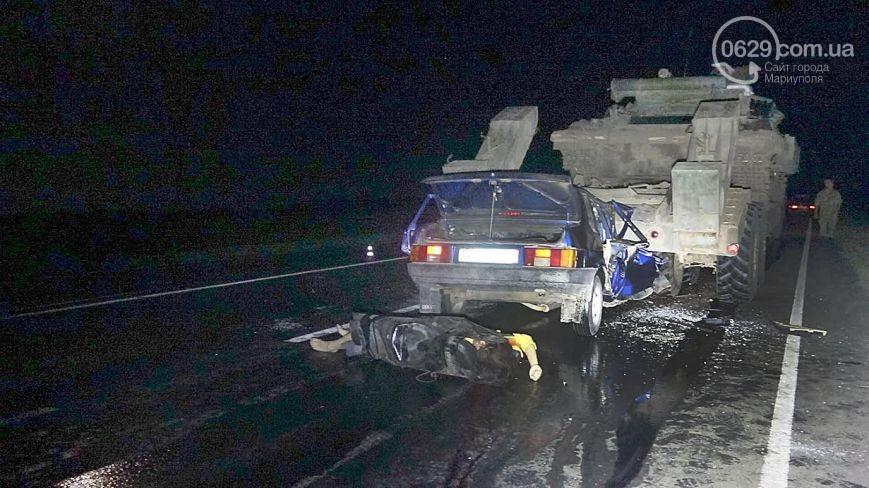Под Мариуполем автомобиль врезался в военный тягач, погибла женщина и ребенок (фото)