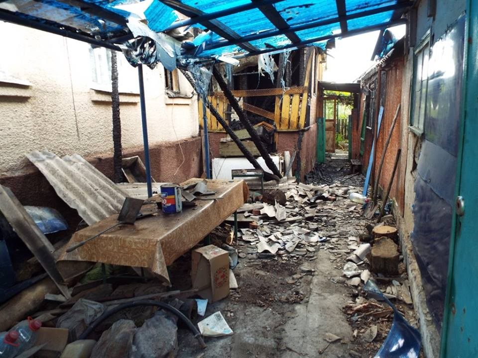 Последствия обстрела Станицы Луганской — сгорел дом, ранен военный (фото)