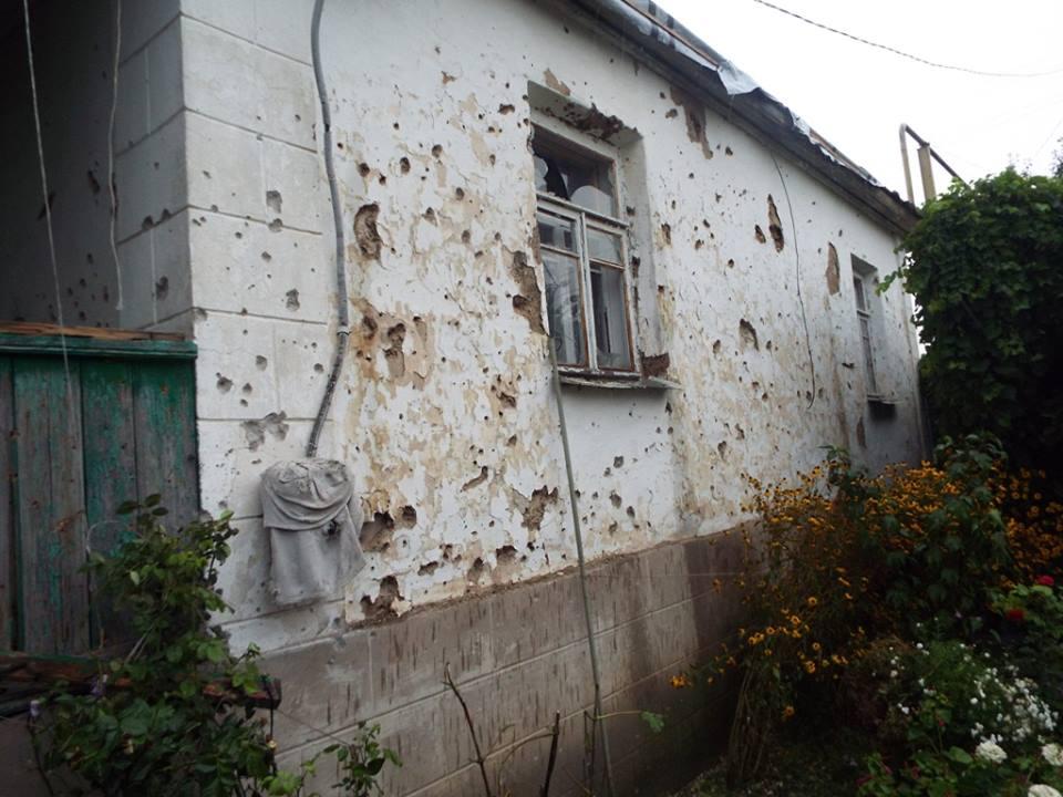Последствия обстрела Станицы Луганской (фото)