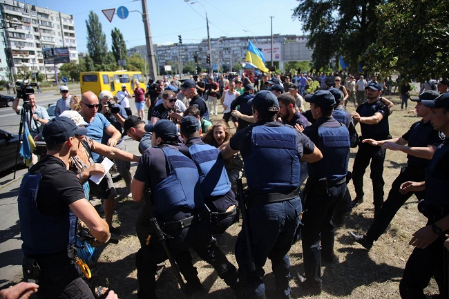 В Киеве под зданием суда по делу «Торнадо» произошла драка (фото)