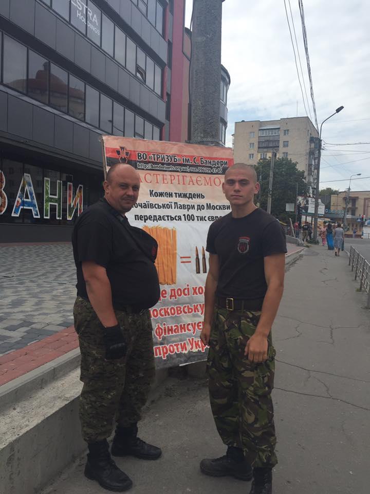 Активисты «Правого Сектора» у храма УПЦ в Тернополе (фото «Правого Сектора»)