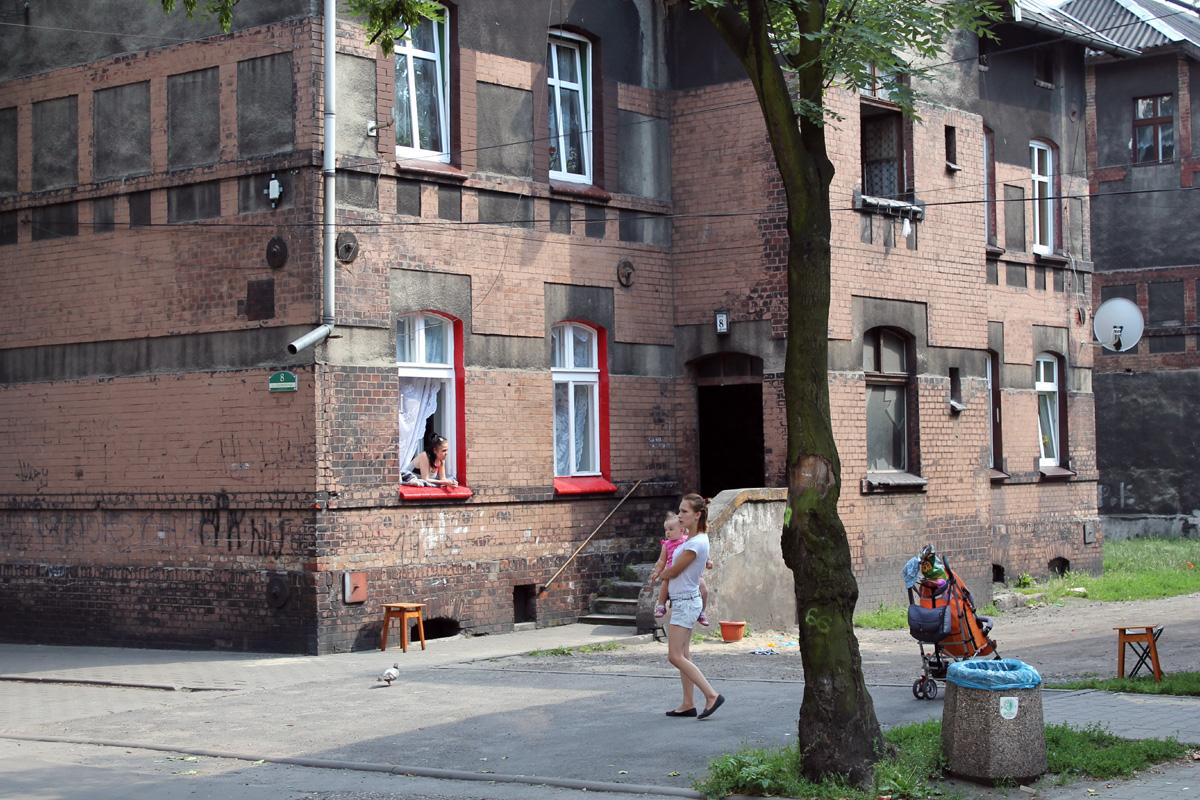 В окрестностях закрытого метзавода в Бытоме – двухэтажки, часть – с металлопластиковыми окнами, с ними соседствуют заброшенные, без окон без дверей